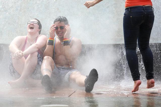 jóvenes sentados mojados orgullo gay