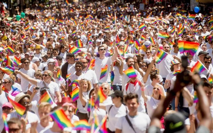 participantes desfile orgullo gay