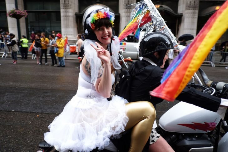 pareja mujeres gay en motocicleta