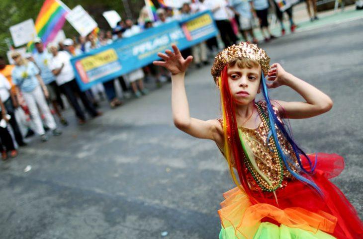 niño participa desfile gay