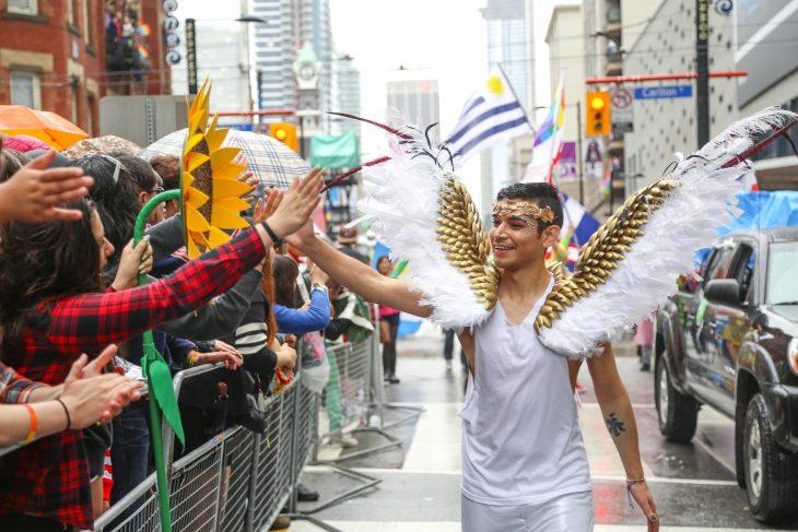 chico participa desfile gay vestido de ángel