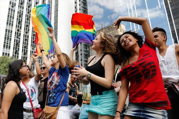 chicas bailando bandera gay