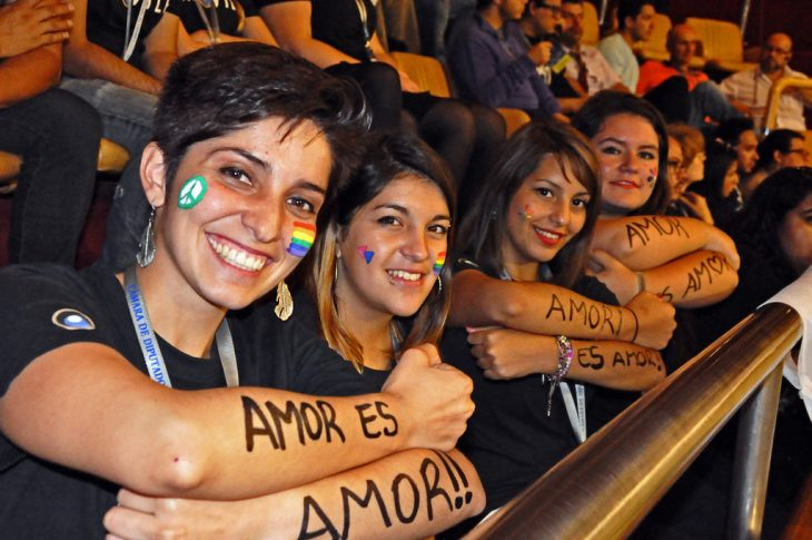 chicas manifestantes orgullo gay