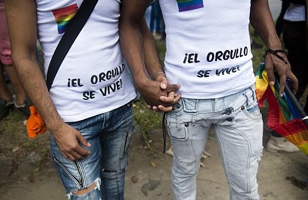 pareja chicos gay camiseta el orgullo se vive