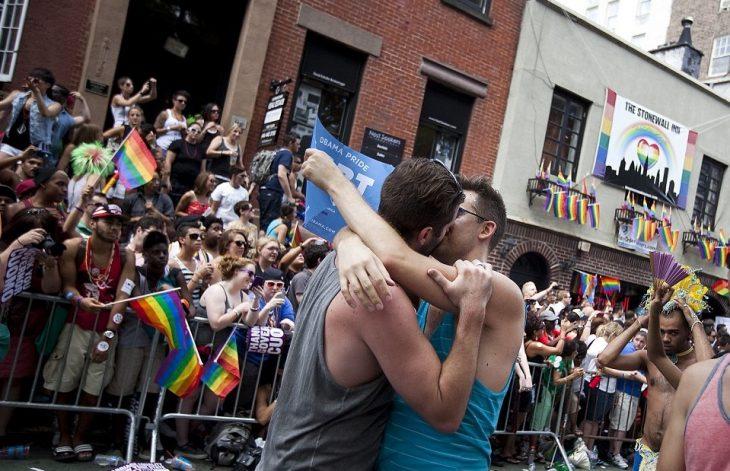 pareja hombres gay se besa en la calle