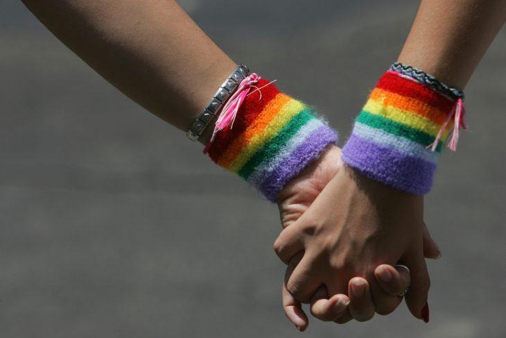 manos entrelazadas pareja gay