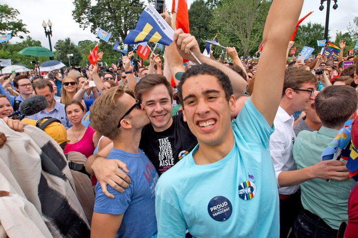 chicos gay durante desfile