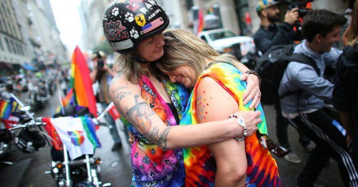 mujeres gay se abrazan durante desfile