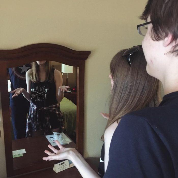 chica alta que no se puede ver en el espejo