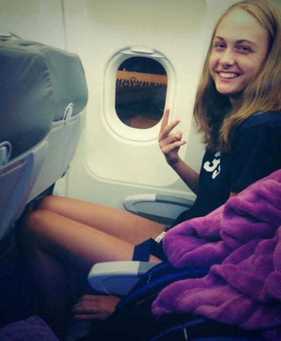 chica con piernas largas en avión