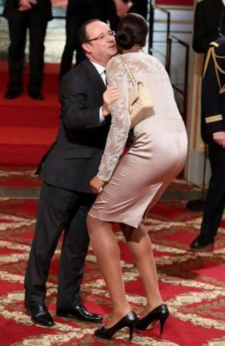 mujer muy alta se agacha a saludar