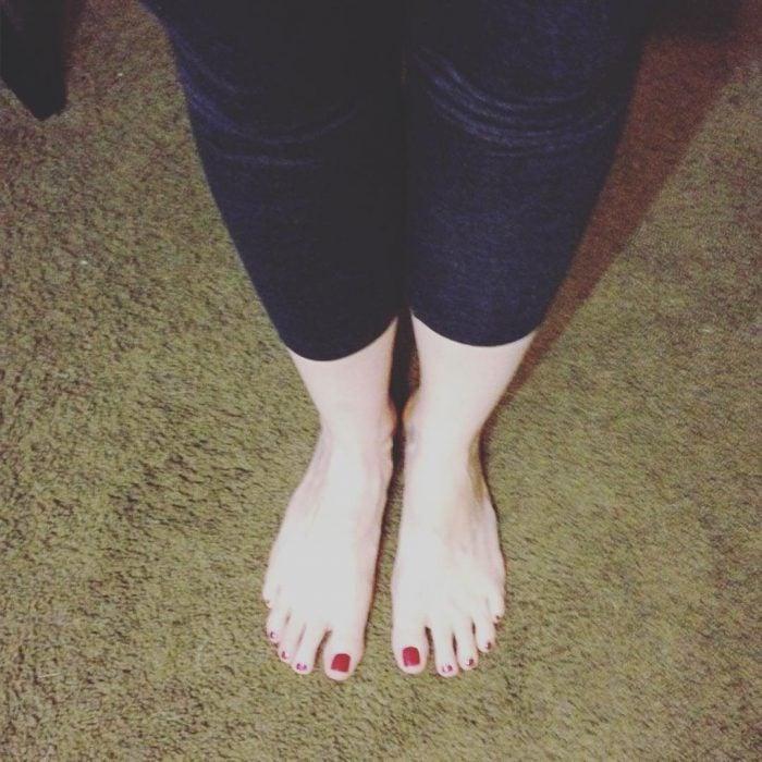chica alta con pantalón corto