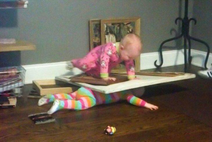 bebé sobre hermana pequeña