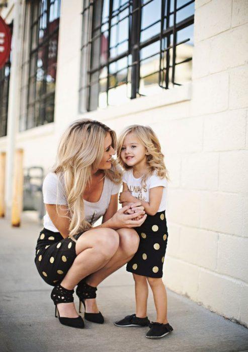 Mujer y niña con la misma vestimenta.