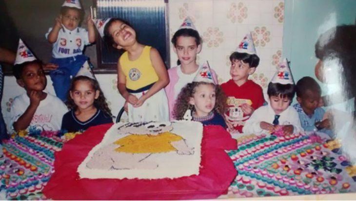 niños sonriendo en una fiesta de cumpleaños