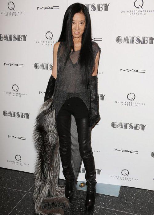 Diseñadora Vera Wng vistiendo leggins en color negro, blusa en color gris y un chaleco de piel