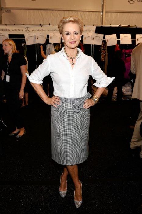 Diseñadora Carolina Herrera posando en una alfombra roja