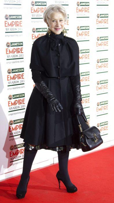 Helen Mirren siendo fotografiada en una alfombra roja