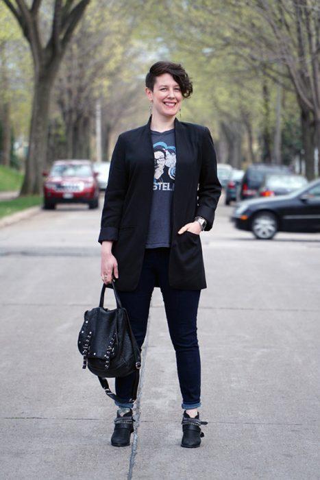Mujer de más de 30 años vistiendo un traje en color negro y botas de combate