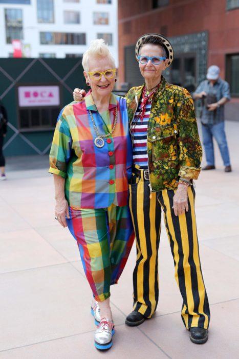 Mujeres de la tercera edad usando un traje de rayas y cuadros coloridos