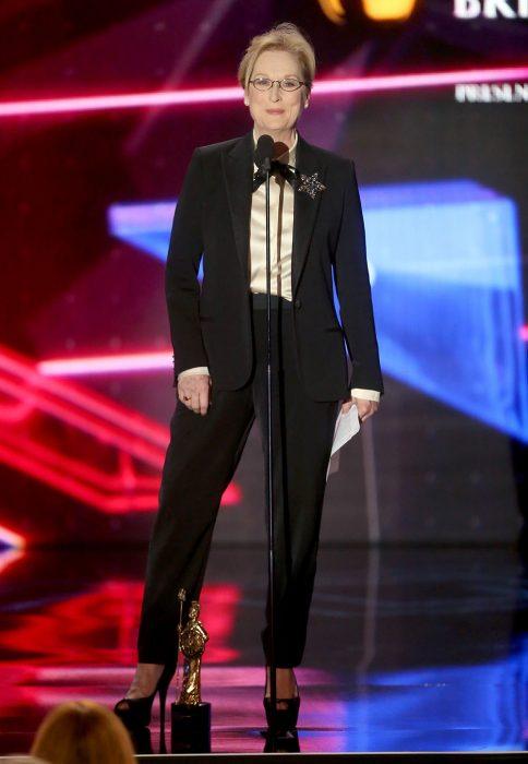 Meryl Streep usando un traje sastre durante la entrega de premios