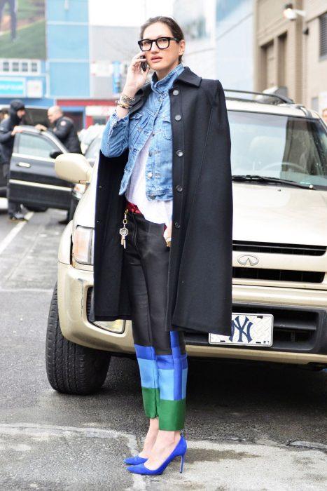 Jenna Lyons hablando por teléfono mientras está en la calle