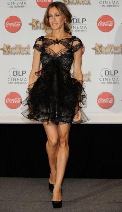 Sarah Jessica Parker usando un vestido negro durante una alfombra roja