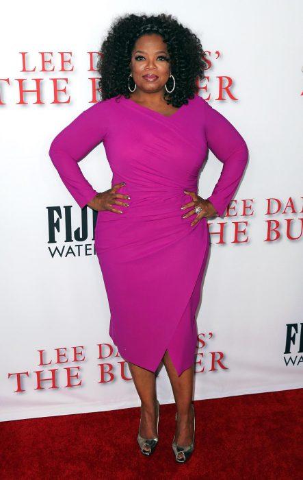 Oprah Winfrey usando un vestido entallado en color rosa