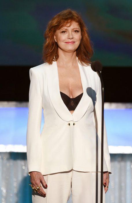 Susan Sarandon usando un traje blanco con escote durante la entrega de premios SAG