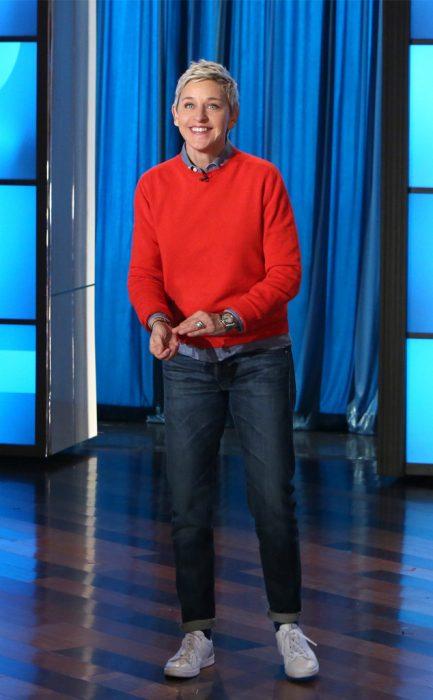 Ellen DeGeneres usando un pantalón de mezclilla y una sudadera roja durante su programa