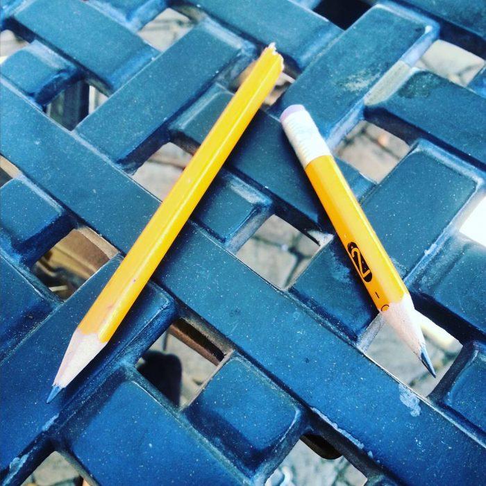 lápiz partido por la mitad con punta