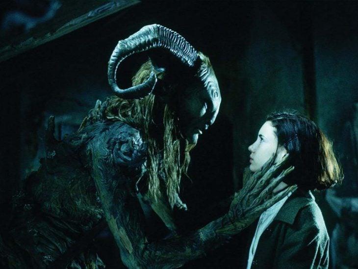 monstruo de cuernos toma de la mano cara de niña de piel blanca