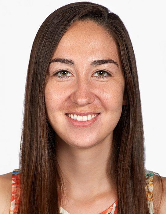 mujer de cabello castaño largo sonrie