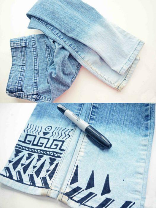 jeans con decoracion tribal con plumon sharpie