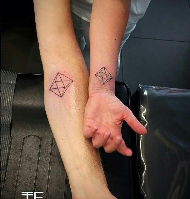 tatuaje pareja figuras geométricas