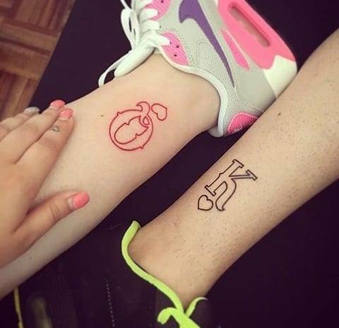 tatuaje pareja iniciales rey y reina en inglés