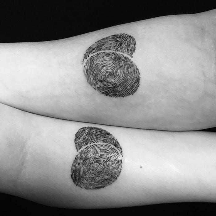 tatuaje pareja huellas digitales en forma de corazón