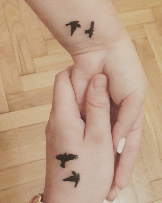 tatuaje pareja aves pequeñas