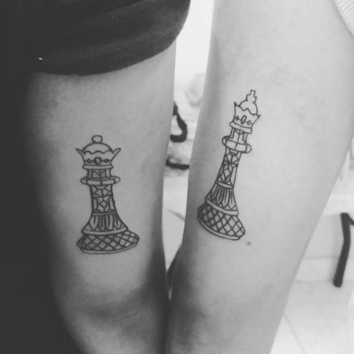 tatuaje pareja piezas ajedrez rey y reina