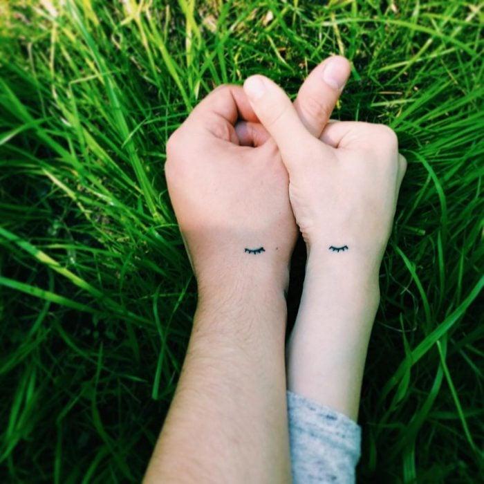 tatuaje pareja pestaña pequeña