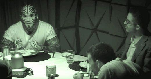 6 desconocidos conversaron en una habitación oscura. Cuando encienden la luz nadie cree lo que vieron
