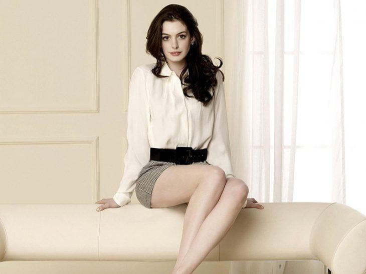 mujer sentada sobre sillon con falda y cinturon