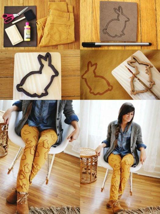 mujer sentada con pantalones decorados con patrones de conejos