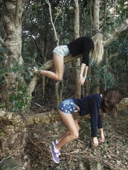 Jóvenes montadas en un árbol.