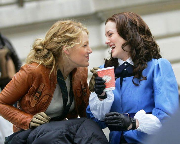mujer rubia y chica de cabello castaño riéndose muy fuerte