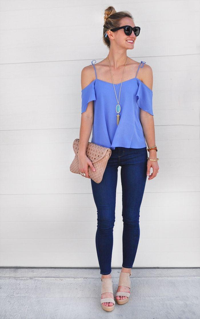 b19c67230c Chica usando una blusa sin hombros de color azul y pantalón de mezclilla