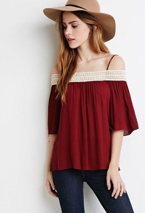Chica usando una blusa sin hombros en color rojo y combinandola con un sombrero bohochic