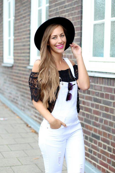 Chica usando una blusa sin hombros con un jumper en color blanco