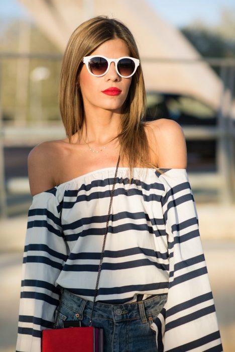 Chica usando una blusa sin hombros