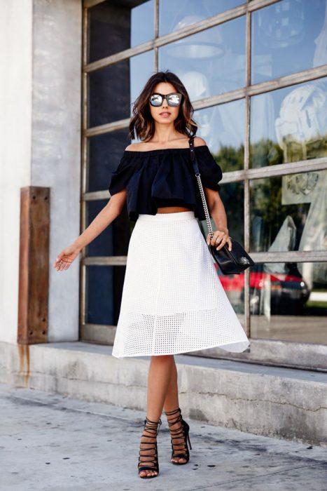 Chica usando una blusa sin hombros y una falda en color blanco